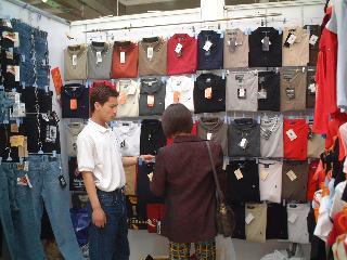 店員さんと交渉中(服飾自由市場)