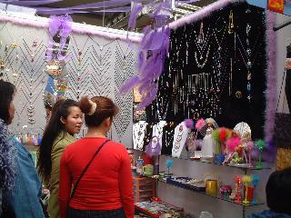若い人に人気のアクセサリー売場(服飾自由市場)